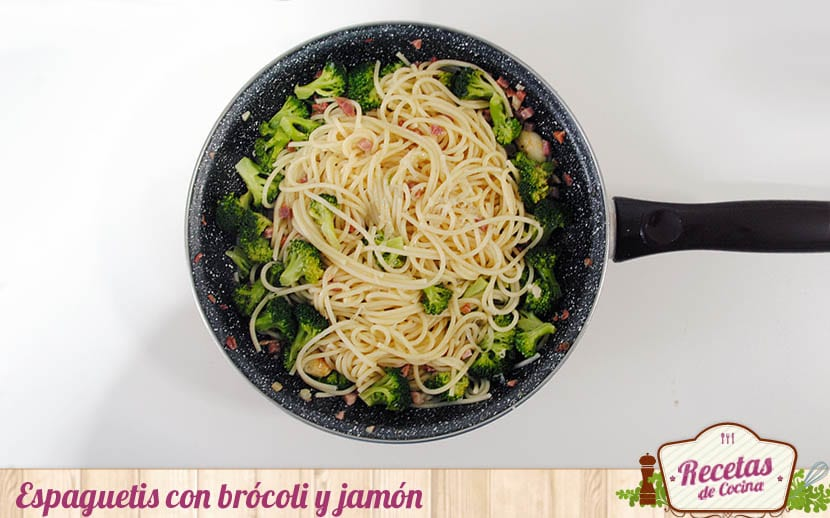 Espaguetis con brócoli y jamón