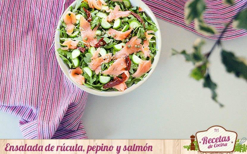 Ensalada de rúcula, pepino y salmón
