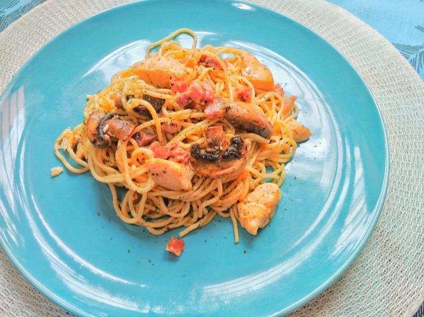 Espaguetis con pollo y champoiñones