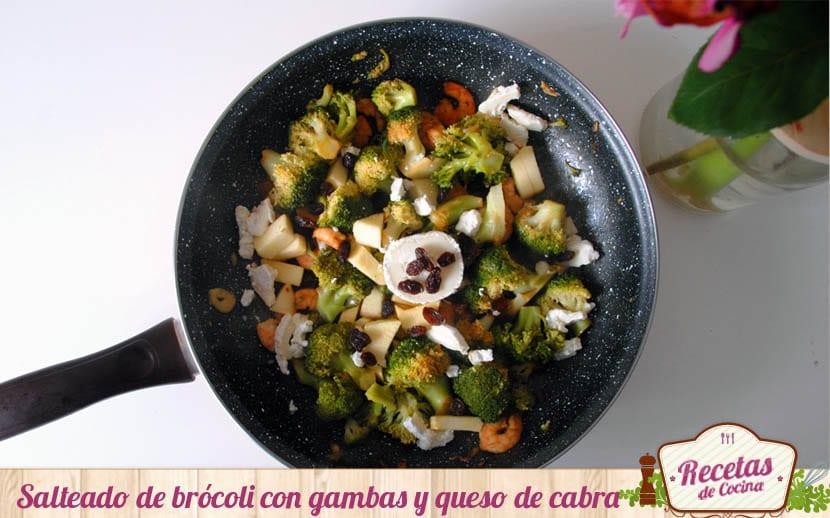 Salteado de brócoli, gambas y queso de cabra