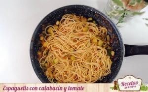 Espaguetis con calabacín y tomate