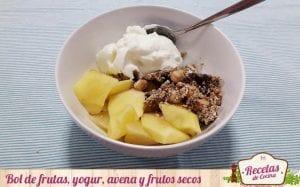 Bol de frutas cocidas, yogur, avena y frutos secos