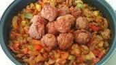 Pisto de verduras con albóndigas