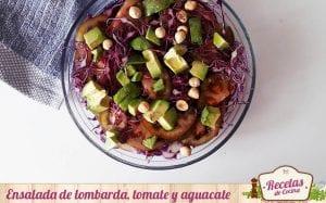Ensalada de lombarda, tomate y aguacate