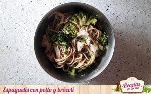 Espaguetis con pollo y brócoli