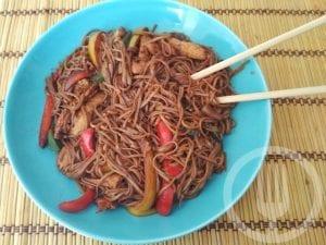 Noodles con pollo y pimientos