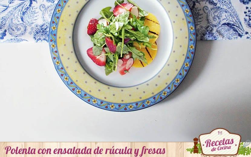 Polenta con ensalada de rúcula y fresas