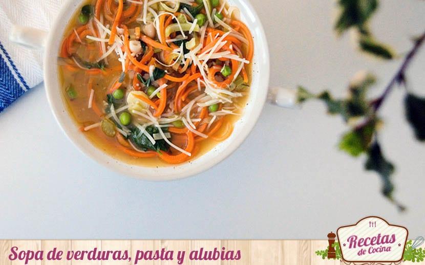 Sopa de verduras, pasta y alubias
