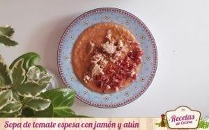 Sopa de tomate espesa con jamón y atún