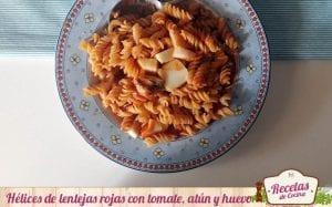 Hélices de lentejas rojas con tomate, atún y huevo