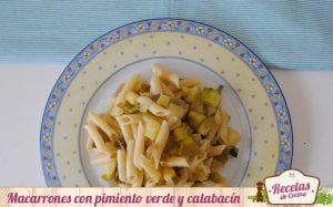 Macarrones con pimiento verde y calabacín