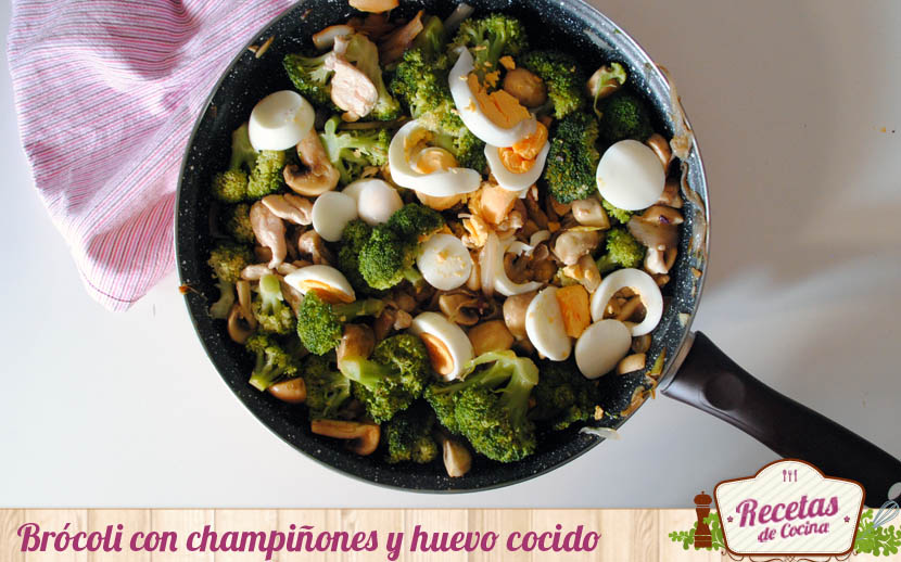 Brócoli con champiñones y huevo cocido