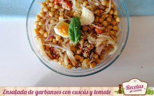 Ensalada templada de garbanzos con cuscús y tomate