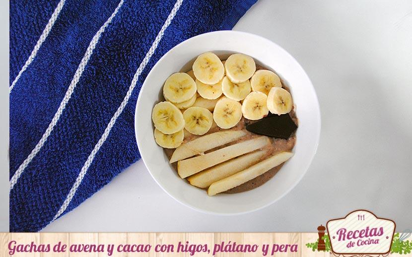 Gachas de avena y cacao con higos, plátano y pera