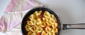 Pasta rellena con salsa de tomate picante