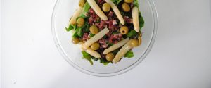 Ensalada sencilla de espinacas, jamón y espárragos