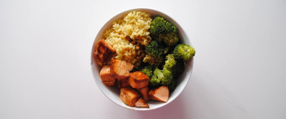 Bol de arroz, brócoli y salmón en salsa de soja