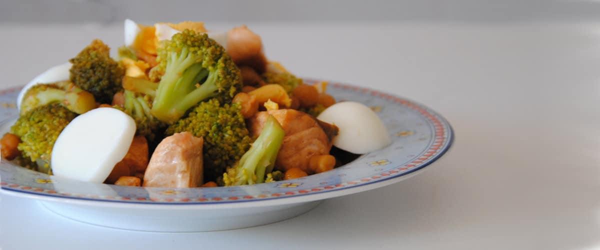 Garbanzos con brócoli y salmón en salsa de soja