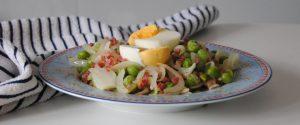 Guisantes con jamón, cebolla y huevo cocido