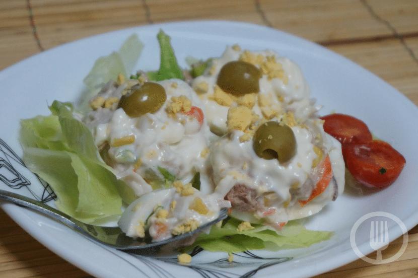 Huevos rellenos de atún y palitos de gangrejo