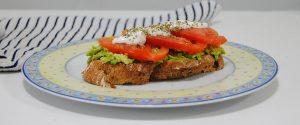 Tostada de aguacate, tomate y queso batido