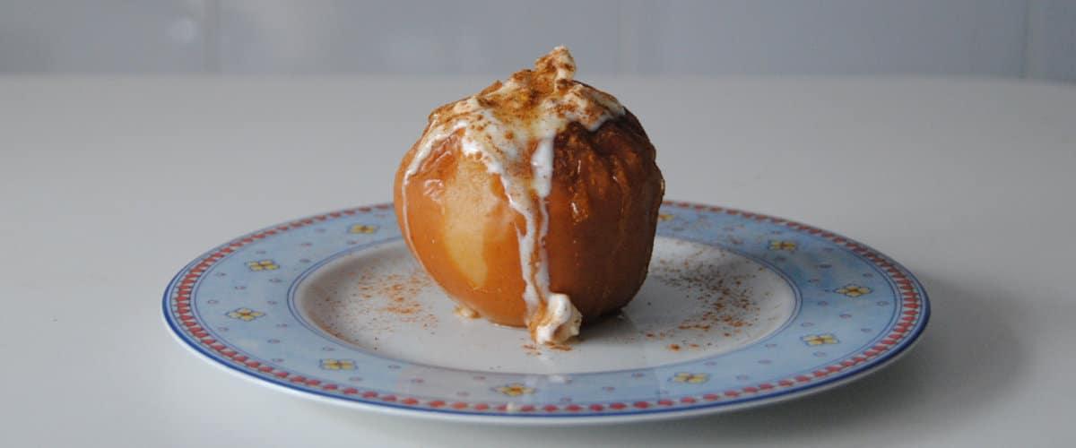 Manzanas asadas con crema de yogur y frutos secos