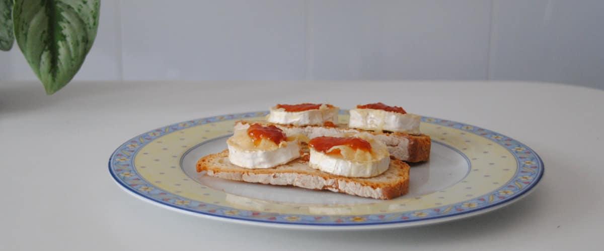 Tostada con queso de cabra y mermelada de tomate