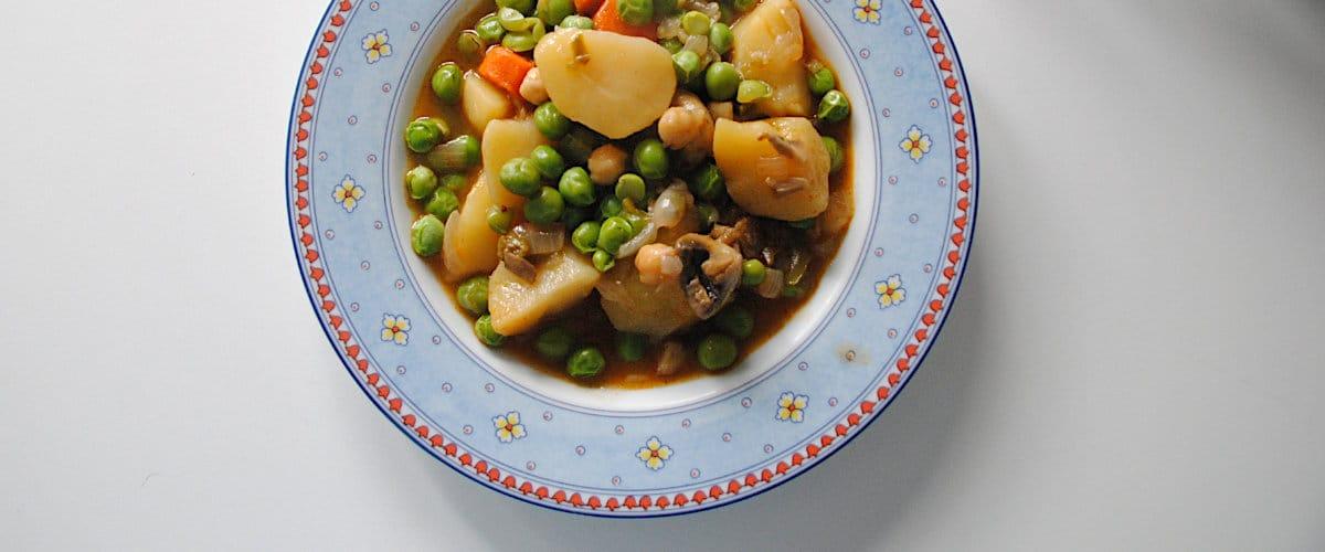 Guiso de patatas, champiñones y guisantes