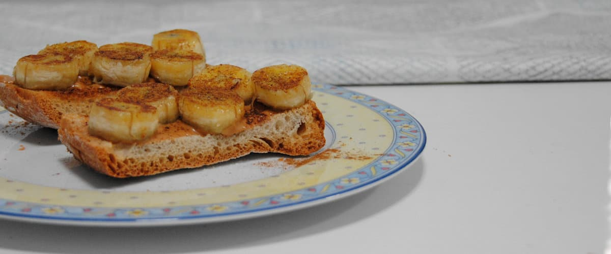 Tostadas de crema de avellanas, plátano y canela