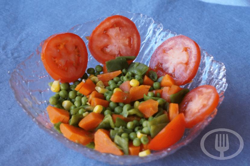 Zanahoria Y Arveja – 4 zanahorias medianas, 2 huevos duros, 1 lata arvejas, queso en trozo o rallado.