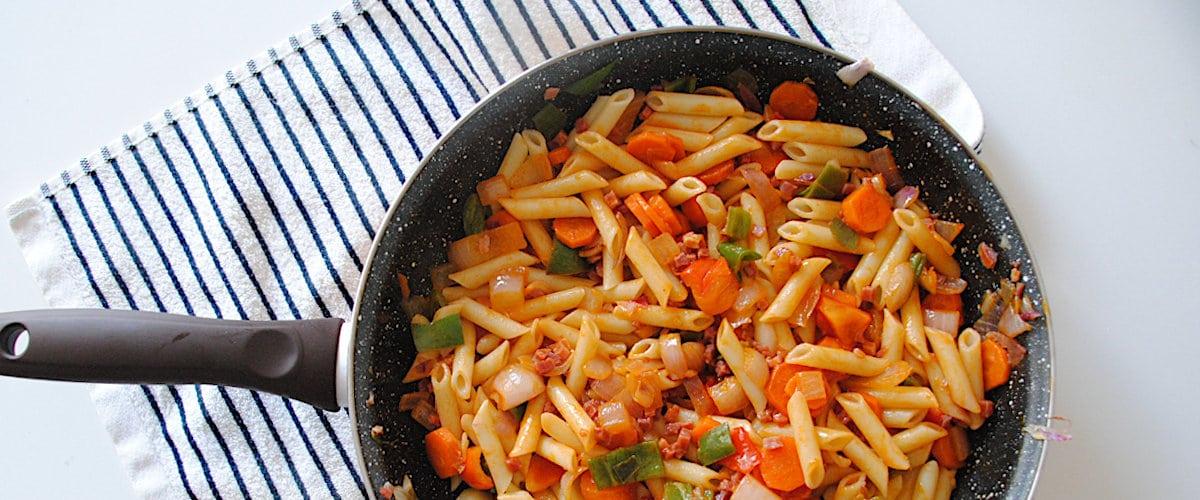 Macarrones con zanahoria y tacos de jamón
