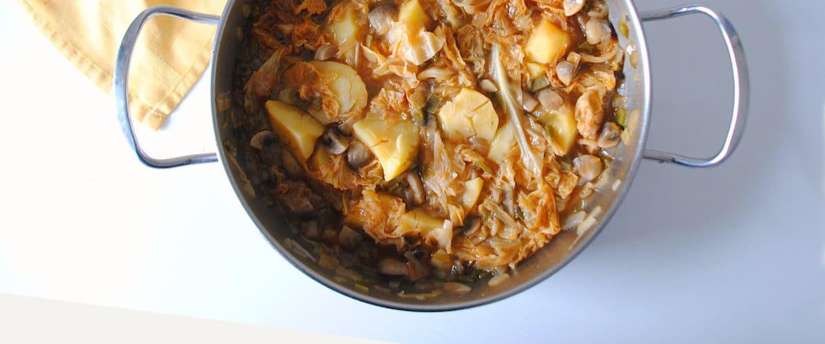 Guiso de patatas, repollo y champiñones
