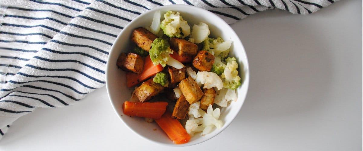 Tofu marinado con verduras al vapor