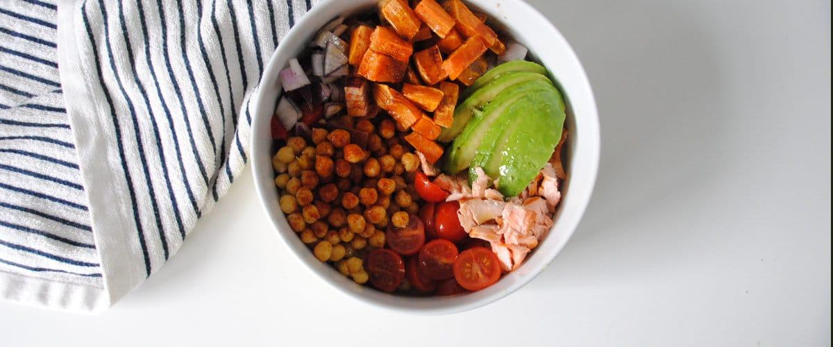 Ensalada de garbanzos con salmón, aguacate y boniato