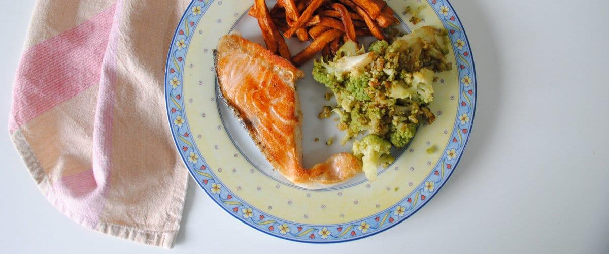 Salmón al limón con bastoncitos de boniato y brócoli