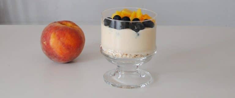 Copa de yogur con plátano, avena y fruta fresca
