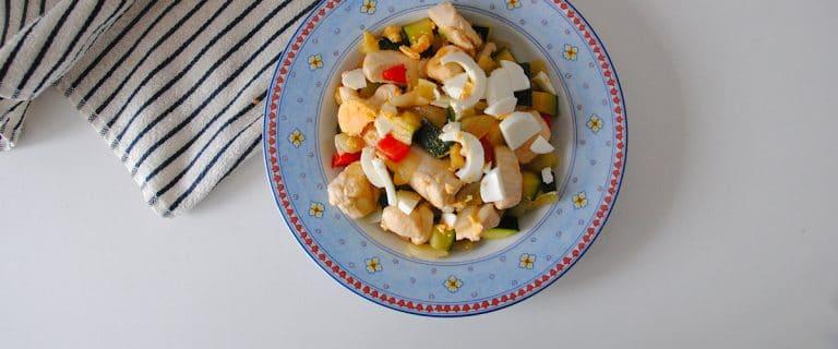 Salteado de calabacín y pollo con huevo cocido
