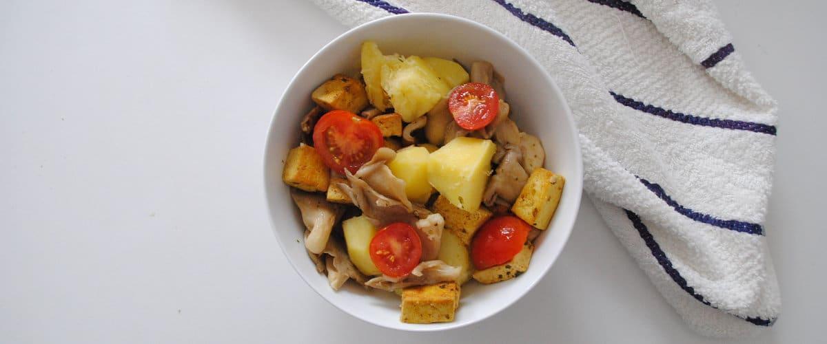 Tofu con setas salteadas y patata cocida