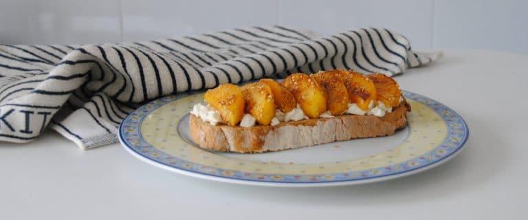 Tostada de queso fresco y melocotones salteados