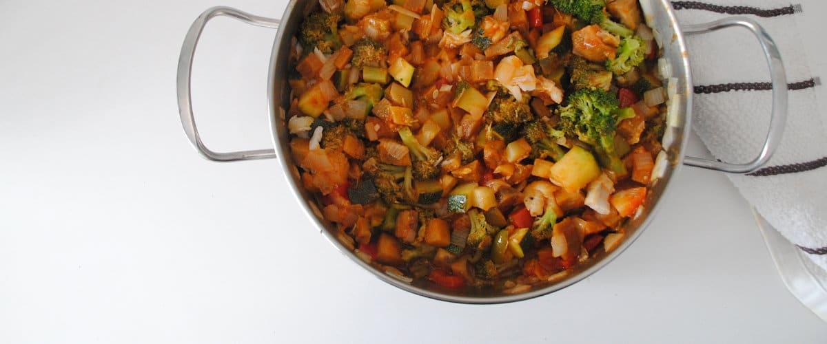 Verduras de verano con tomate y merluza desmigada
