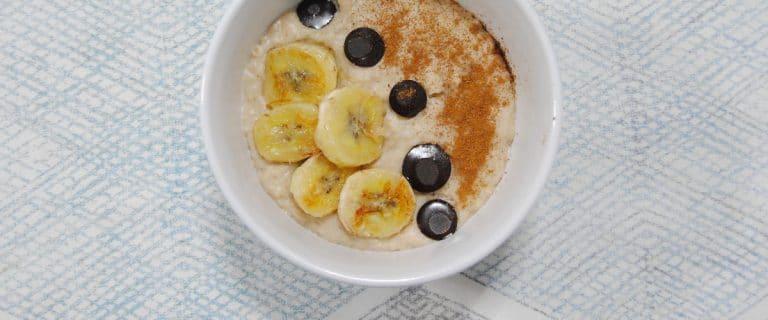 Porridge de avena y plátano con crema de almendra