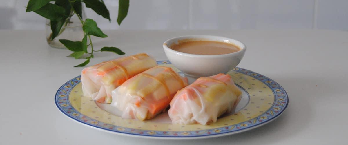 Rollitos de hojas de arroz con salsa de cacahuete