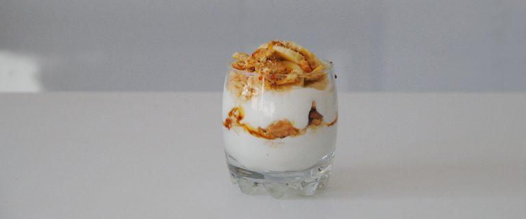 Parfait de yogur, plátano y caramelo