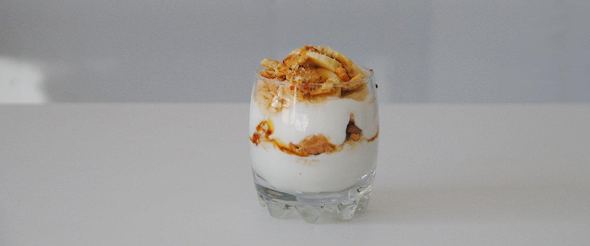 Parfait de yogur y plátano con caramelo