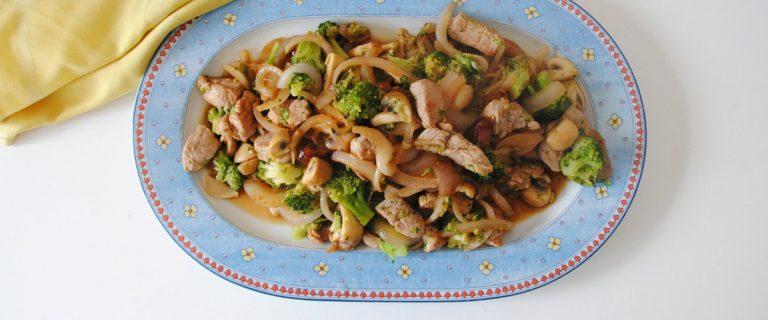 Solomillo de cerdo con champiñones y brócoli en salsa de soja